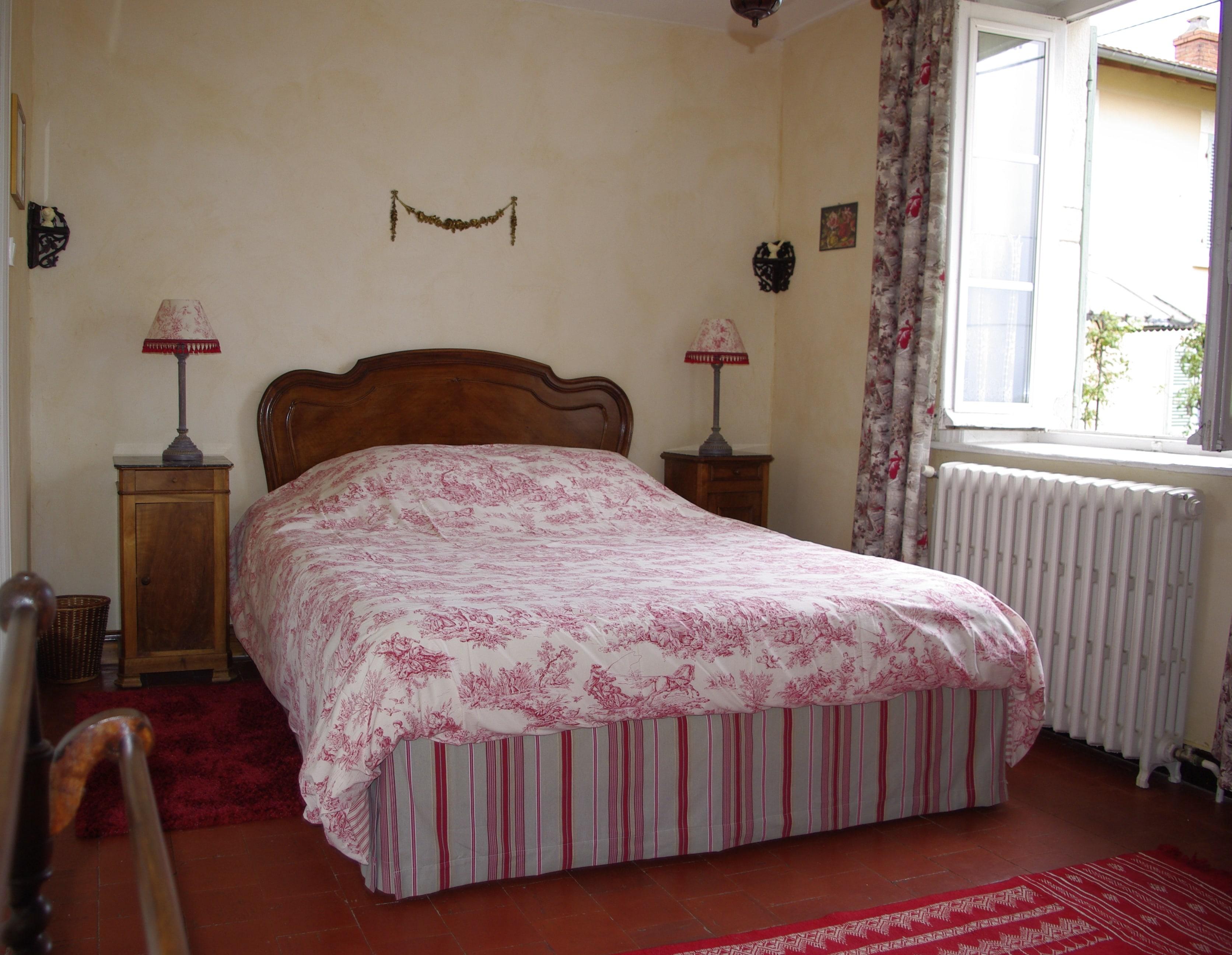 Red room – 160 bed + en suite bathroom